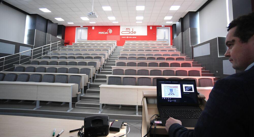 انتشار فيروس كورونا في روسيا - قاعة المحاضرات خالية من الطلاب وانتقال الطلاب إلى التعليم عبر الإنترنت في جامعة ميسيس في موسكو، ١٨ مارس ٢٠٢٠