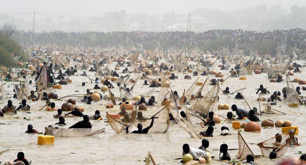 يحاول الصيادون صيد الأسماك خلال المباراة النهائية لمهرجان أرغونغو للصيد والثقافة الذي تم إحياؤه في مدينة أرغونغو، ولاية كيبي في شمال غرب نيجيريا، في 14 مارس 2020.