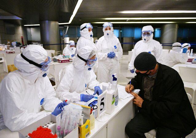 انتشار فيروس كورونا في روسيا - الاجراءات الاحترازية ضد انتشار الفيروس في مطار فنوكوفو، موسكو، روسيا ١٩ مارس ٢٠٢٠
