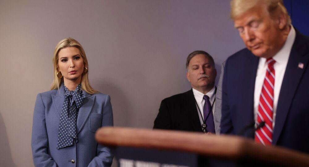 إيفانكا ترامب مستمعة إلى ملخص الرئيس الأمريكي، دونالد ترامب، بشأن جهوده لمكافحة فيروس كورونا المستجد، في البيت الأبيض 20 مارس/ آذار 2020، واشنطن، الولايات المتحدة