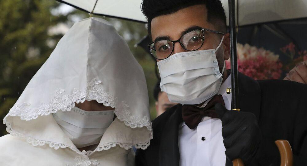 زفاف في الضفة الغربية، زوجان يرتديان كمامات واقية، فلسطين 20  مارس 2020