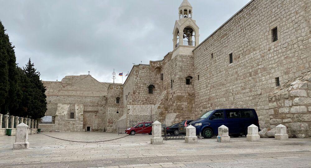 كنيسة المهد خالية من المصلين بعد منع إقامة القداس والصلاة الجماعية في الكنائس بسبب تفشي كورونا في بيت لحم، الضفة الغربية، فلسطين 19 مارس 2020