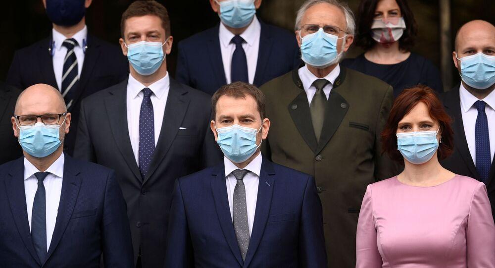 أعضاء الحكومة المعينين حديثا في سلوفاكيا يرتدون كمامات طبية في صورة جماعية بالقصر الرئاسي في براتيسلافا، سلوفاكيا، 21 مارس/ آذار 2020