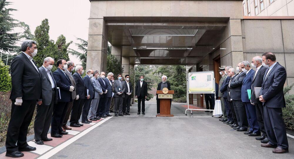 الرئيس الإيراني حسن روحاني أمام أعضاء الحكومة الإيرانية