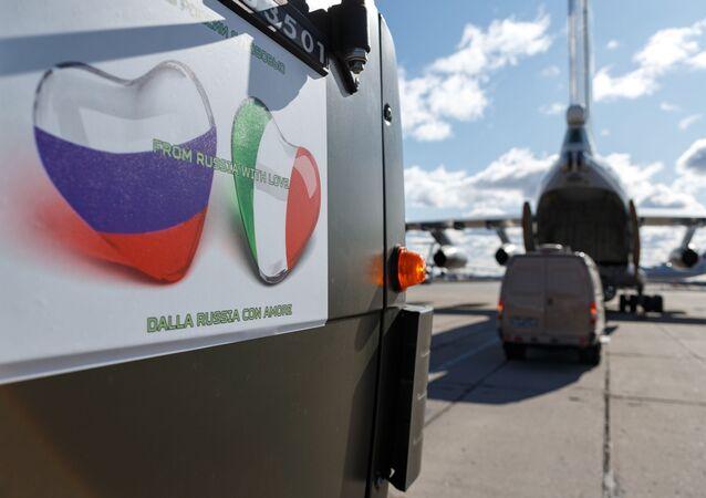 طائرة النقل العسكرية إيل 76 التابعة لقوات الفضاء الروسية مع مجموعة من المتخصصين العسكريين الروس ومعدات للتشخيص والتطهير، إلى قاعدة براتيكا دي ماري الجوية في إيطاليا. كورونا