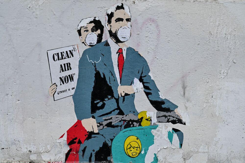 رسم غرافيتي لفنان الجداريات TV Boy ،مستوحى من الفيلم الشهير عطلة رومانية من بطولة الممثلة أودري هيبورن وغريغوري بيك، وهي تحمل لافتة مكتوب عليها هواء نظيف الآن، روما 14  مارس 2020