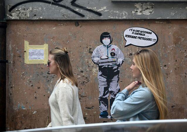 رسم غرافيتي لفنان الجداريات Laika، يظهر امرأة ترتدي قناعا واقيا تقول هناك وباء الجهل في الهواء، يجب أن نحمي أنفسنا منه! بالقرب من الحي الصيني في روما، إيطاليا 4 فبراير 2020