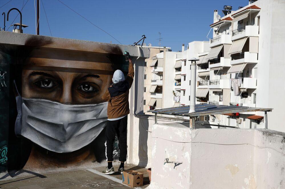 رسم غرافيتي لفنان الجداريات S.F.، أثينا، اليونان 17 مارس 2020