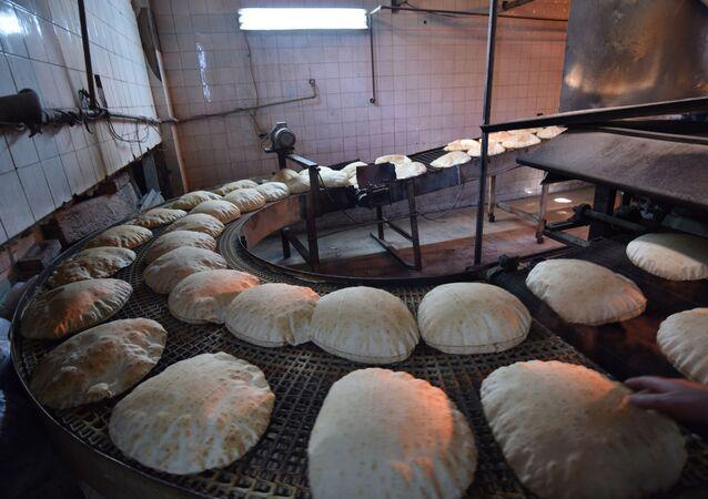 مع أول حالة كورونا...الشرطة السورية تتدخل لتنظيم الازدحام الشديد على أفران الخبز