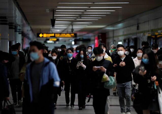 ركاب في مترو الأنفاق في الصين يرتدون كمامات واقية من فيروس كورونا المستجد والمسبب لمرض (كوفيد-19)