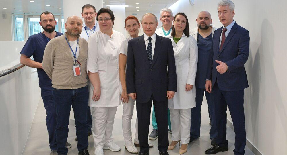 الرئيس فلاديمير بوتين وعمدة موسكو سيرغي سوبيانين يزوران مستشفى كوموناركا، المخصص لاستقبال المصابين بـكورونا، موسكو،  24 مارس 2020
