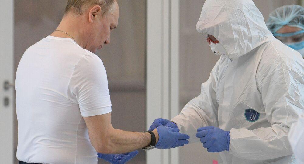 الرئيس فلاديمير بوتين يزور مستشفى كوموناركا، المخصص لاستقبال المصابين بـكورونا، موسكو،  24 مارس 2020