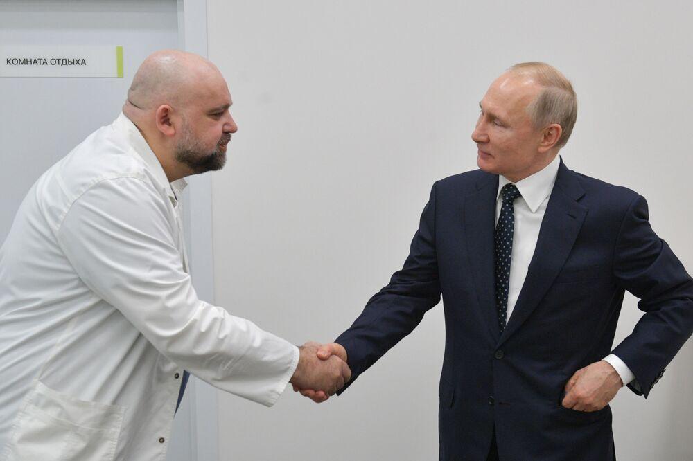 الرئيس فلاديمير بوتين يشكر دينيس بروستينكو، كبير أطباء مستشفى كوموناركا، المخصص لاستقبال المصابين بـكورونا على تنظيم العمل، موسكو،  24 مارس 2020