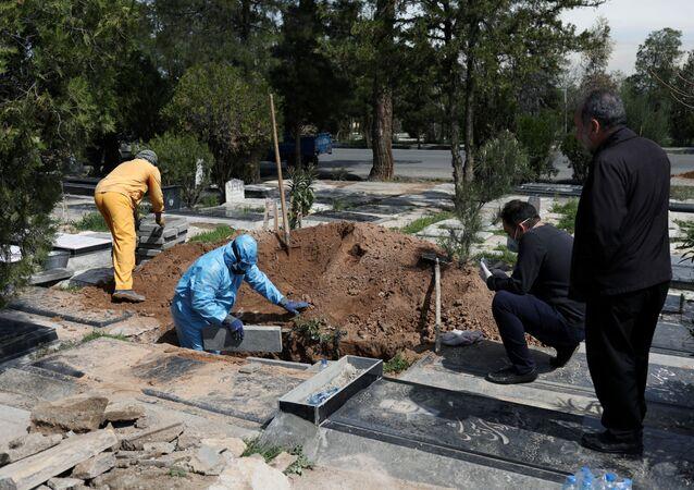 دفن المصابين بفيروس كورونا في إيران