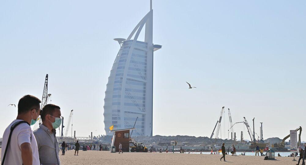 سياح يرتدون الكمامات في الإمارات خوفا من كورونا