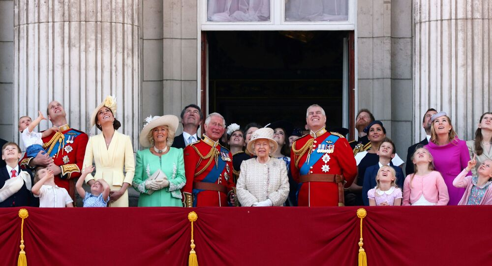 الملكة إليزابيث مع العائلة الملكية في بريطانيا بينهم ولي العهد الأمير تشارلز