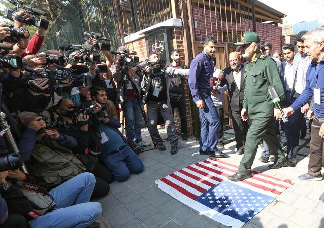 قائد الحرس الثوري الإيراني اللواء حسي سلامي يمشي على علم أمريكا