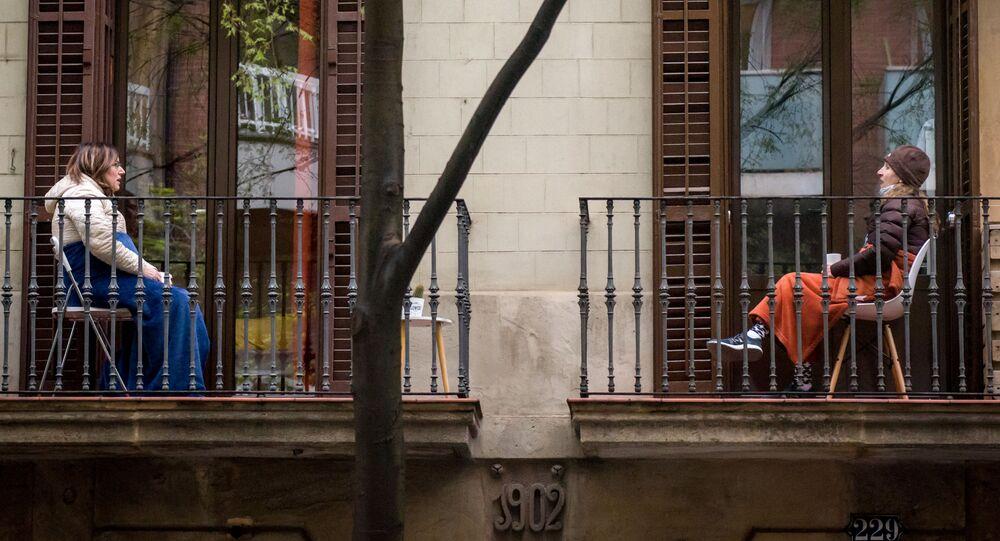 جارات يتحدثن عن بعد على شرفاتهن في برشلونة بعد فرض الحجر الصحي وحظر التجول، إسبانيا 25 مارس 2020