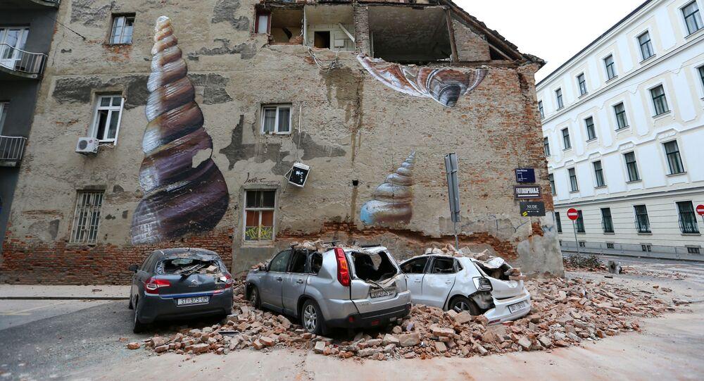 السيارات المتضررة والمبنى المتضرر جزئيًا بعد زلزال قوي ضرب مدينة زغرب، كرواتيا 22 مارس 2020