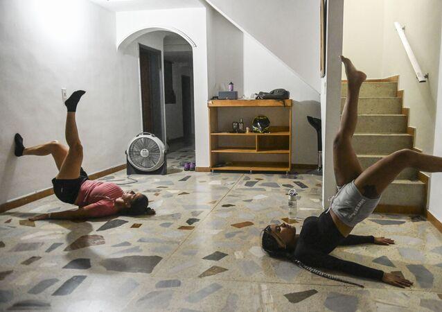 ممارسة التمارين الرياضية في المنزل بعد أن تم حظر الأنشطة الخارجية كإجراء وقائي ضد انتشار فيروس كورونا في ميديلين، كولومبيا في 24 مارس 2020