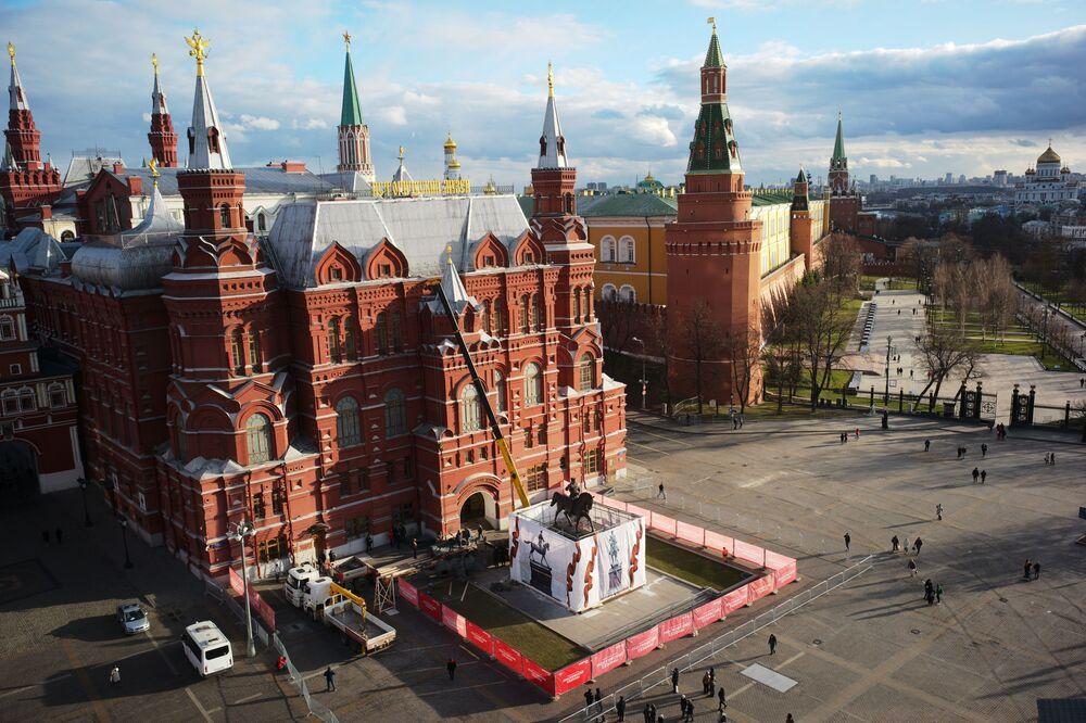 أثناء تركيب نصب تذكاري المجدد للمارشال غيورغي جوكوف في ساحة مانيجنايا في موسكو. النصب السابق كان للنحات فياتشيسلاف كليكوف، والمهندس المعماري يوري غريغورييف، أقيم في 8 مايو 1995 - تكريما للاحتفال بالذكرى الخمسين للنصر في الحرب العالمية الثانية.