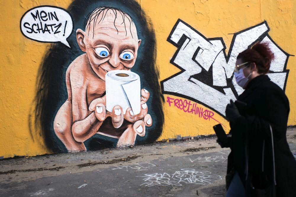 غرافيتي يصور شخصية غولوم من فيلم سيد الخواتم مع لفافة من ورق التواليت ونقش غاليتي! في برلين، ألمانيا 23  مارس 2020