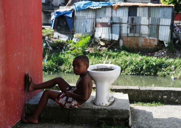 طفل في حي سيداد دي ديوس الفقير، أثناء تفشي فيروس كورونا في ريو دي جانيرو، البرازيل ، 22 مارس 2020
