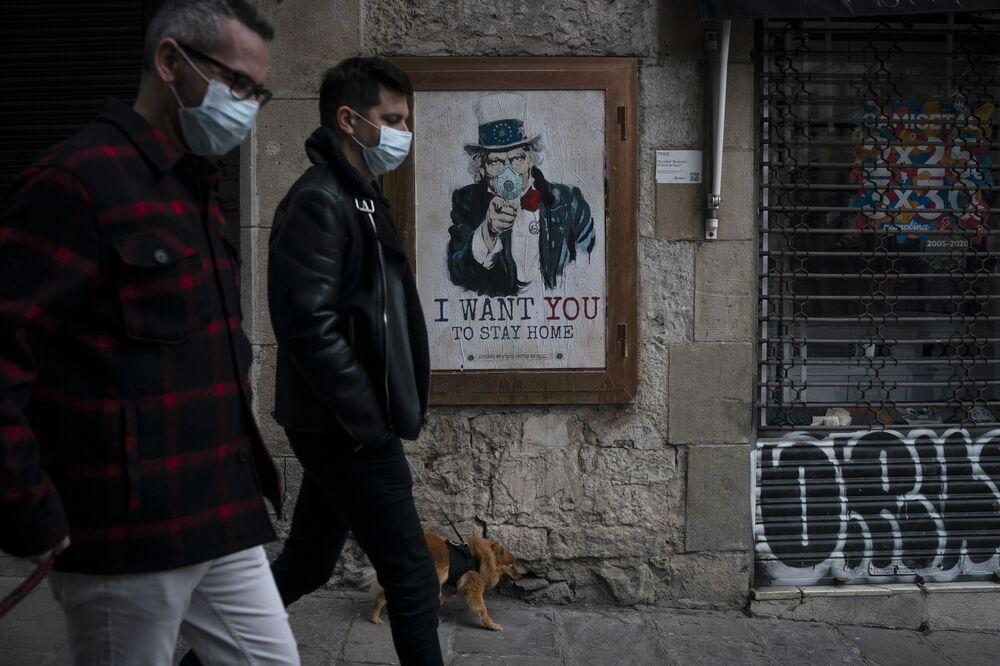 رسم غرافيتي أريدك أن تبقى في البيت!، لفنان الجداريات TvBoy ، برشلونة 24 مارس 2020