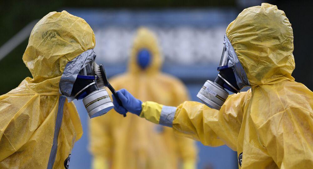 رجال الإطفاء يرتدون  أزياء واقية في إطار تنفيذ تعليمات الطوارئ والأمن ضد انتشار فيروس كورونا الجديد، في بيلو هوريزونتي، ولاية ميناس جيرايس، البرازيل، في 20 مارس 2020