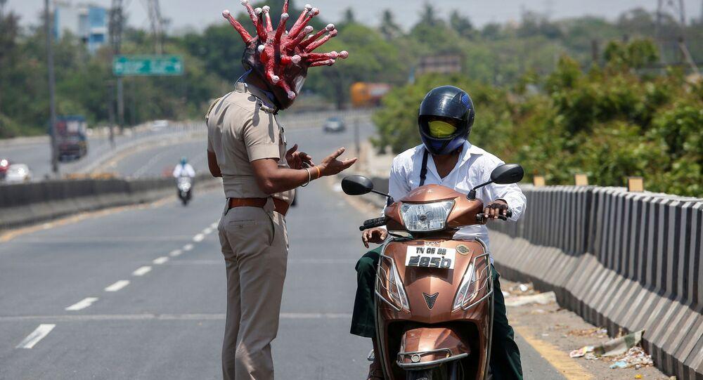 شرطي يرتدي خوذة فيروس كورونا في الهند