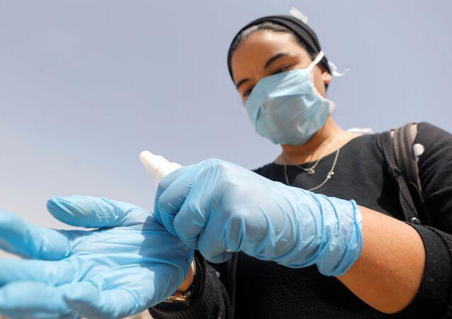 مواطنة مصرية ترتدي كمامة واقية من فيروس كورونا مارس / آذار 2020