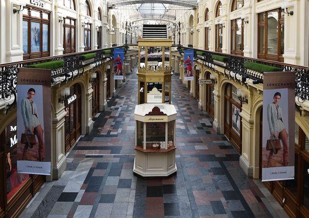 موسكو قبل وبعد إغلاق الأماكن العامة، في إطار اجراءات للوقاية من فيروس كورونا، المحل التجاري غوم على الساحة الحمراء، 28 مارس 2020