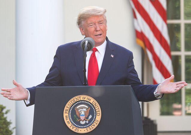 الرئيس الأمريكي دونالد ترامب خلال مؤتمر صحفي للحديث عن تطورات فيروس كورونا في الولايات المتحدة