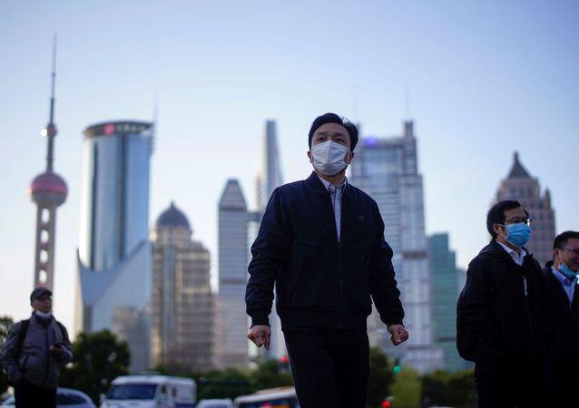 رجل يرتدي كمامة واقية من فيروس كورونا (كوفيد-19) في البر الرئيسي للصين مارس/ آذار 2020