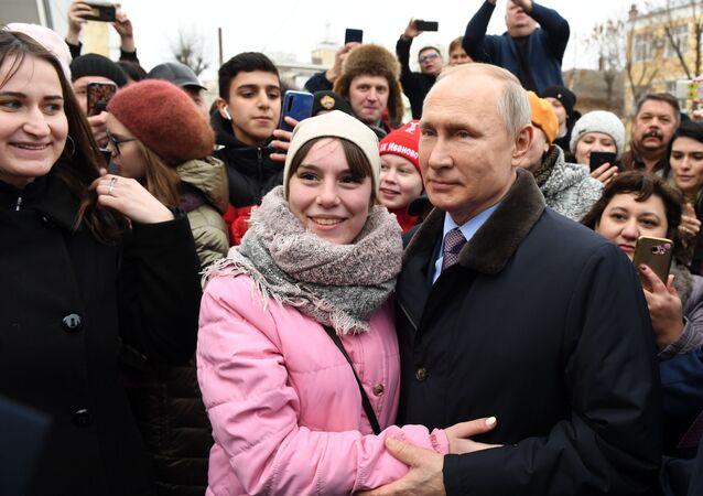 الرئيس الروسي فلاديمير بوتين يلتقي مع السكان المحليين بعد زيارة عيادة الأطفال في مستشفى المدينة السريري رقم 4 في إيفانوفو، 6 مارس 2020