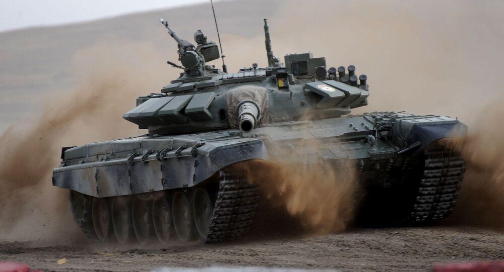 دبابة تي-72 في مسابقة بياثلون الدبابات في الحقل بورزيا نوفايا منطقة زاباي كالسكي كراي الروسية