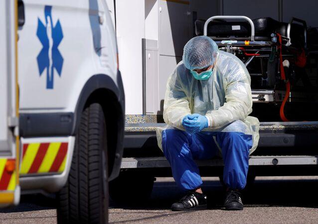 عامل صحي أثناء نقل بعض المصابين بفيروس كورونا
