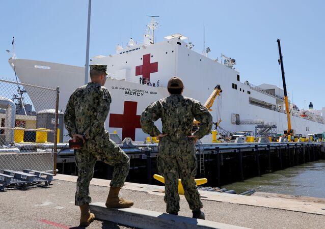 سفينة (يو إس إن إس كومفورت) التي تم إرسالها إلى مدينة نيويورك لمواجهة جائحة انتشار فيروس كروونا وتحمل 1000 سرير 23 مارس / آذار 2020
