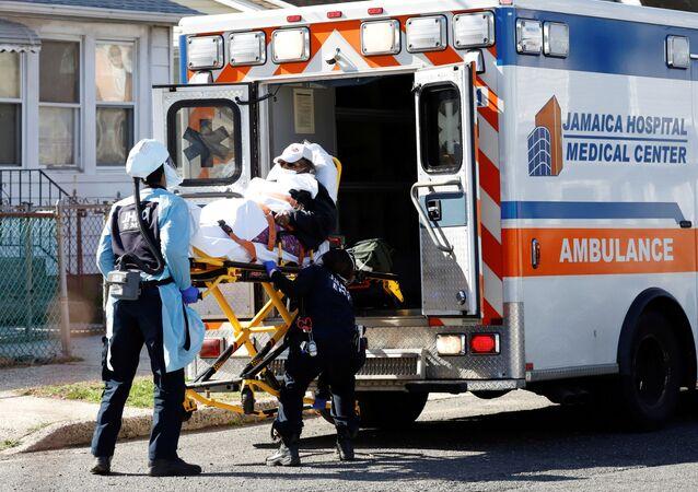 نقل مريض إلى مستشفى في نيويورك