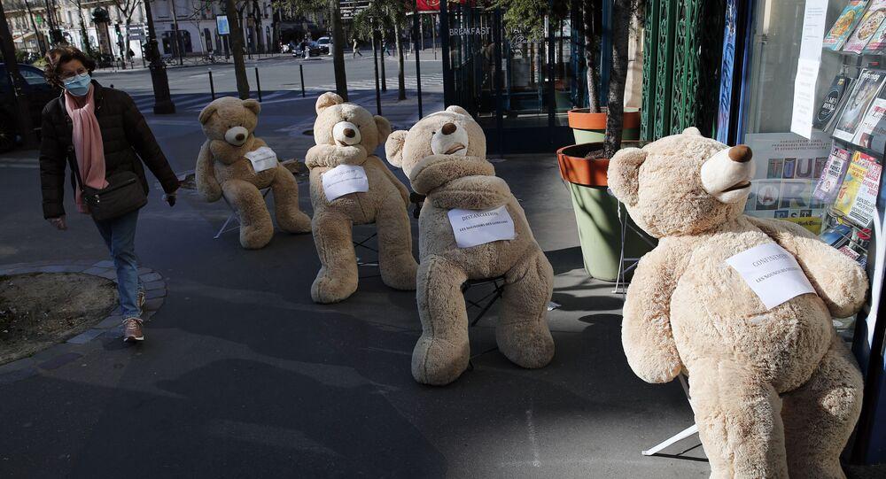 توضيح المسافة الضرورية للتباعد الاجتماع من خلال دمى الدببة، على خلفية انتشار فيروس كورونا في باريس، فرنسا 24 مارس 2020