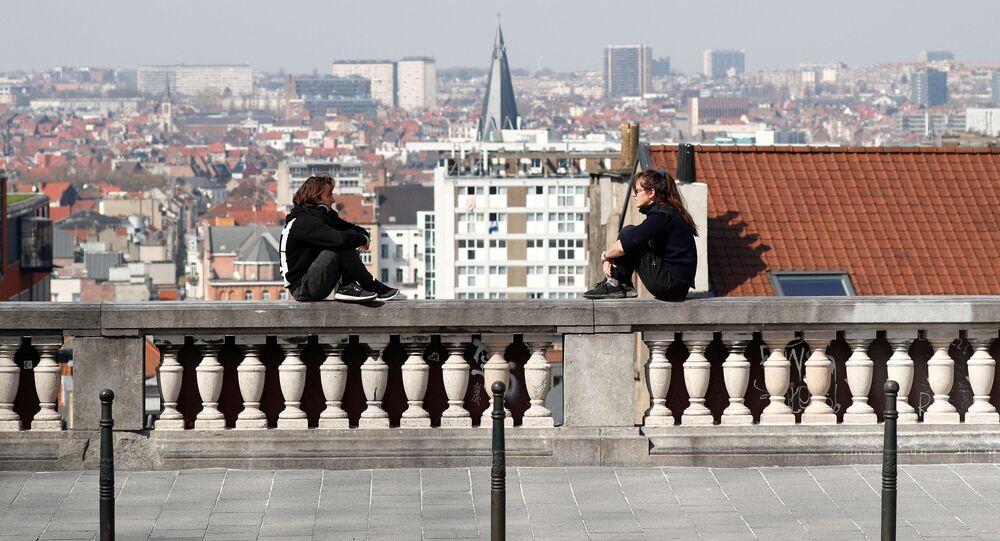 توضيح المسافة الضرورية للتباعد الاجتماعي، على خلفية انتشار فيروس كورونا في بروكسل، بلجيكا 29  مارس 2020