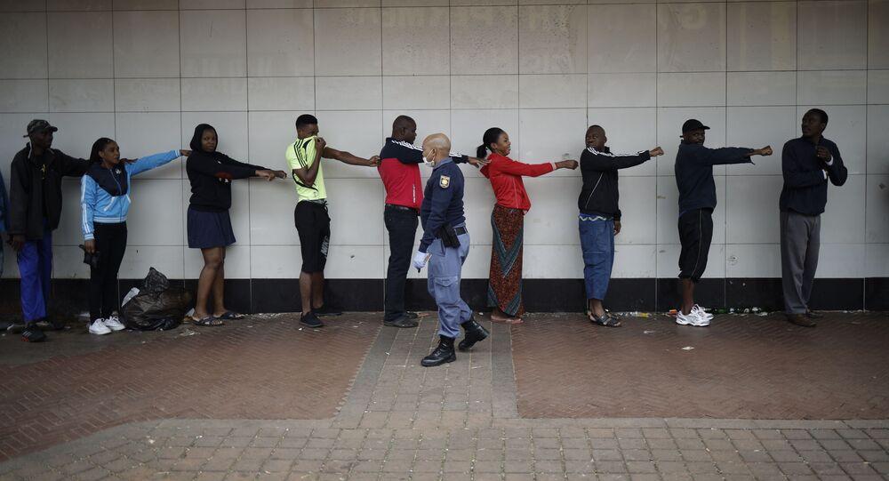 توضيح المسافة الضرورية للتباعد الاجتماعي، على خلفية انتشار فيروس كورونا في جنوب أفريقيا28  مارس 2020