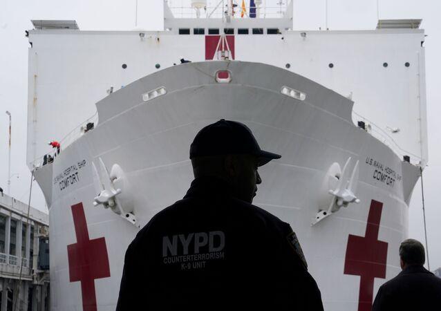 وصول مستشفى متنقل تابع للبحرية الأمريكية إلى نيويورك، لمساعدة الأطباء في مكافحة فيروس كورونا، الولايات المتحدة 30 مارس 2020