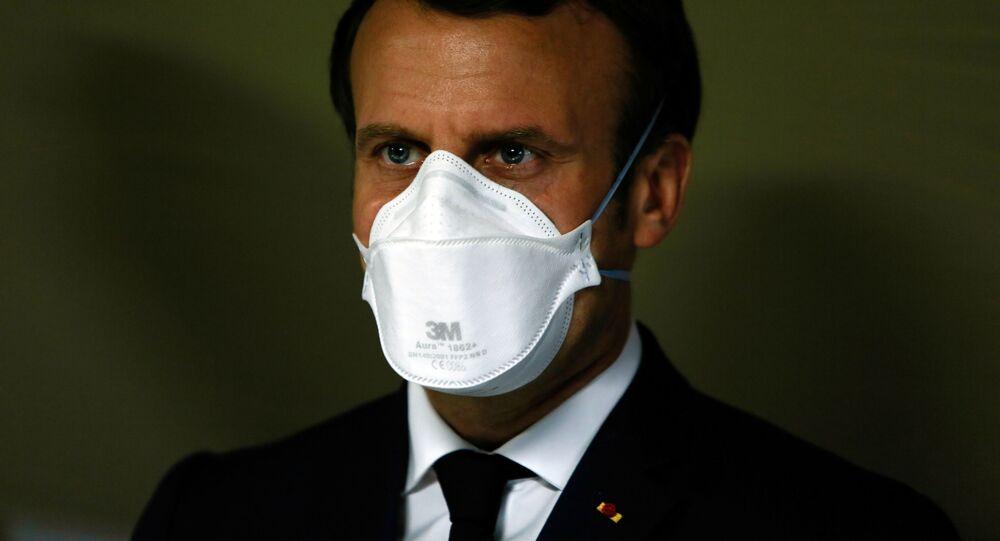 الرئيس الفرنسي إيمانويل ماكرون يرتدي قناع واقي خلال زيارته للمستشفى الميداني العسكري خارج مستشفى إميل مولر في مولهاوس، شرق فرنسا 25 مارس 2020، خلال إغلاق مشدد في فرنسا لوقف انتشار مرض الفيروس التاجي (COVID-19) .