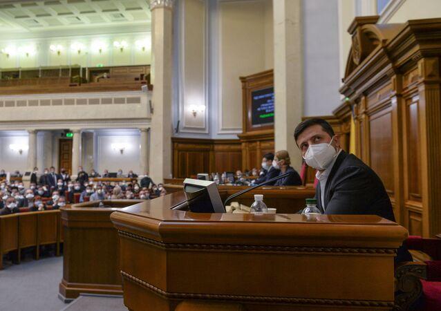 الرئيس الأوكراني فولوديمير زيلينسكي، مرتديًا قناعًا واقيًا يحضر جلسة طارئة للبرلمان في كييف، أوكرانيا، 30 مارس 2020