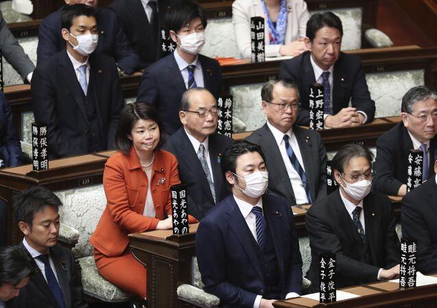 يحضر المشرعون، وبعضهم يرتدون قناع الوجه، جلسة عامة في مجلس النواب في طوكيو، اليابان 12 مارس 2020