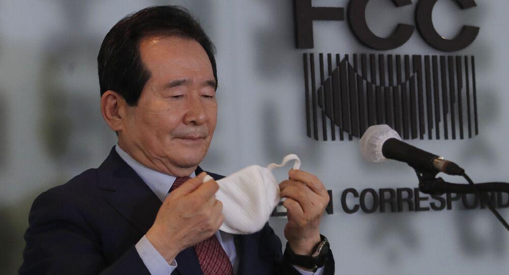 رئيس وزراء كوريا الجنوبية، تشونغ سي كيون، يخلع قناع وجهه لعقد مؤتمر صحفي حول التدابير الوقائية الأخيرة التي اتخذتها البلاد لمكافحة الفيروس التاجي كورونا الجديد في سيول في سئول، كوريا الجنوبية، 27 مارس 2020