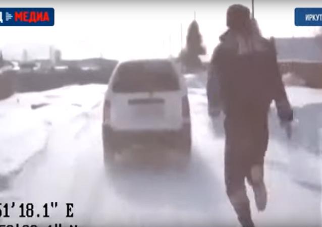 شرطي روسي يوقف سيارة بيديه الخاليتين