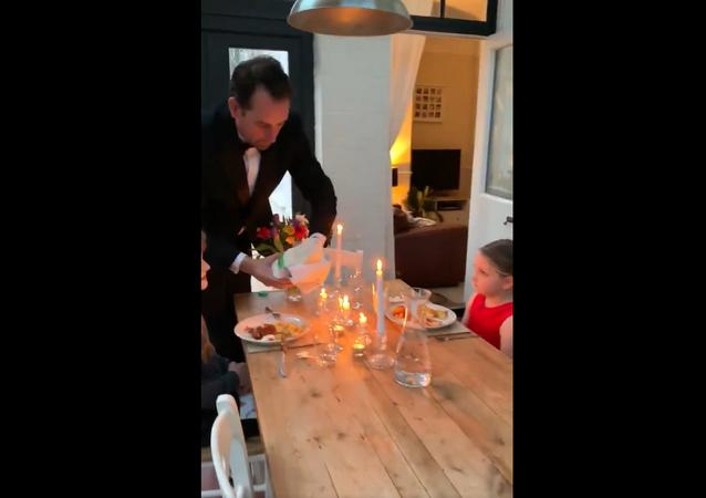 أب يحضر حفلة عشاء لأولاده