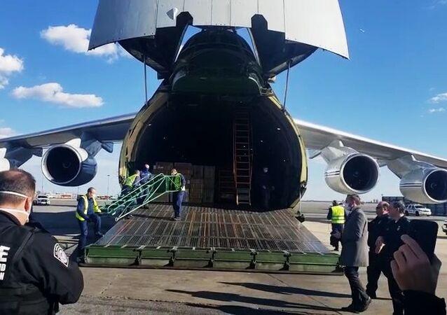 طائرة مساعدات روسية تحمل معدات طبية للولايات المتحدة تهبط في نيويورك